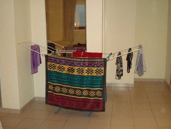 Hotel Oasis Plaza: Tendedero para secar la ropa en medio de la habitación ( no había otra opción )