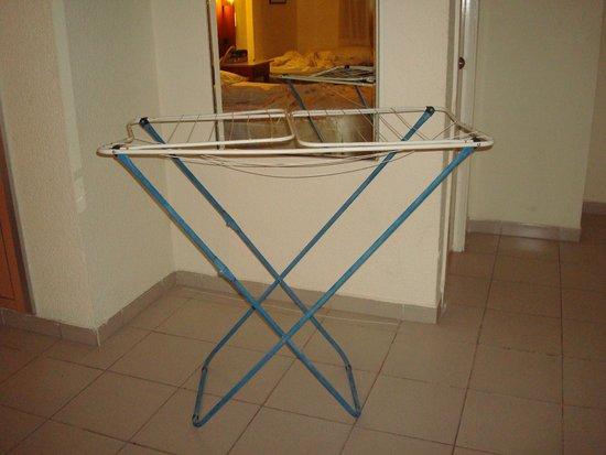 Hotel Oasis Plaza: Tendedero para secar la ropa ( no había otra opción )