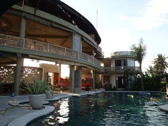 Floating Leaf Eco-Luxury Retreat: Beautiful architecture
