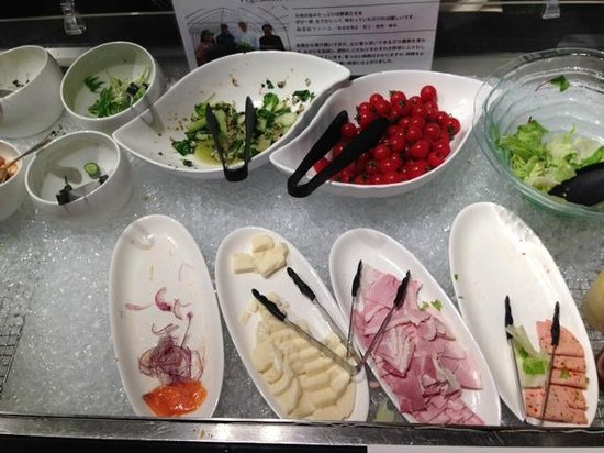 InterContinental Hotel Tokyo Bay: Breakfast salad bar / cold cuts selection