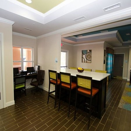 Holiday Inn Express & Suites: Business Center