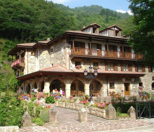 Hotel del Oso: Hotel front