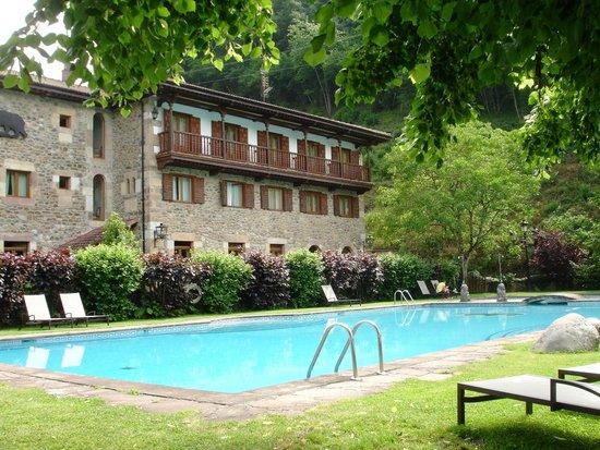 Hotel del Oso: Pool in enclosed garden