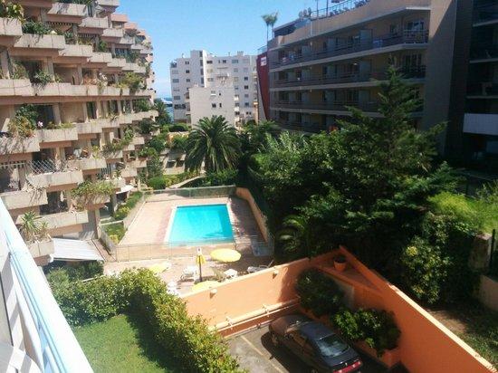 Hotel Le Grand Cap: Piscine + vue depuis la chambre.
