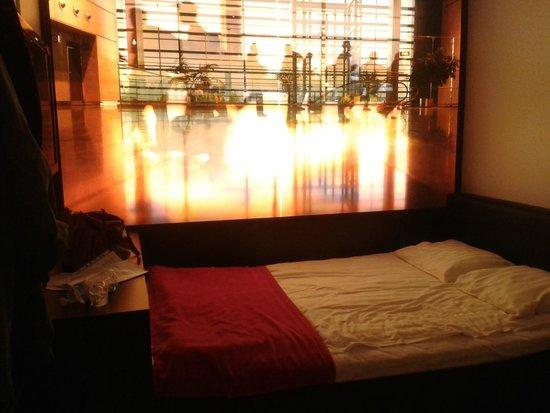 Comfort Hotel Stockholm: Parete illuminata