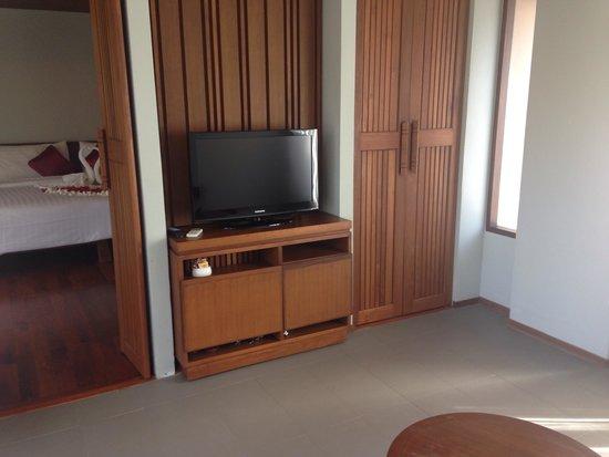 Maehaad Bay Resort : TV room with wooden bench