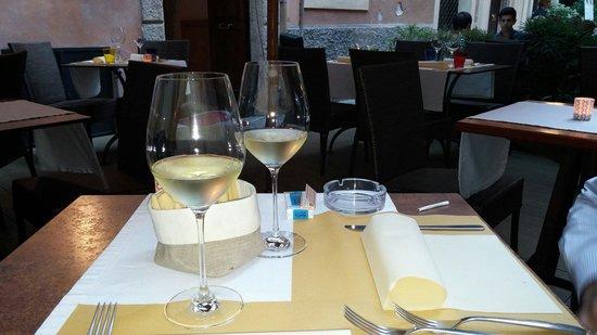Enoteca Segreta: I nostri calici di vino nell'intimo posto fuori