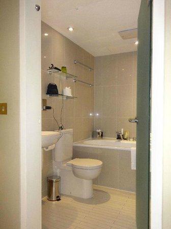 No Ten Manchester Street: Bathroom
