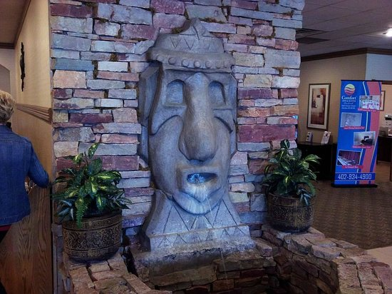 Comfort Inn & Suites : Tiki fountain in the hotel lobby