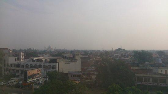 The Gateway Hotel, Agra : タージマハルが小さく見えます