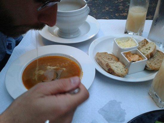 Da Mama: Zuppa di pesce con crostini all'aglio