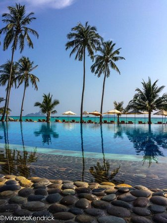 Phi Phi Island Village Beach Resort : outrigger phi phi pool