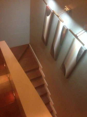 Hilton Kuala Lumpur: лестница в номере