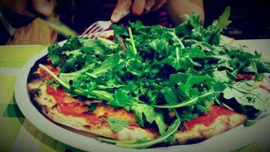 Ivo: PIzza au jambon, la roquette et sauce tomate