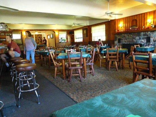 The Brownstone Inn: Roomy dining room/bar