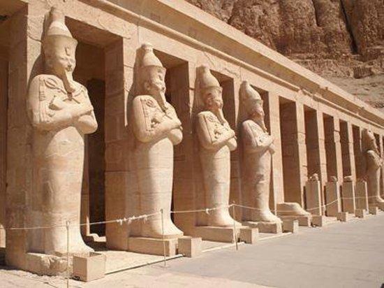 Templo funerario de Hatshepsut en Deir el Bahari: 3階テラスのハトシェプスト像