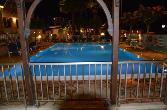 Hotel Cristal: piscina by night