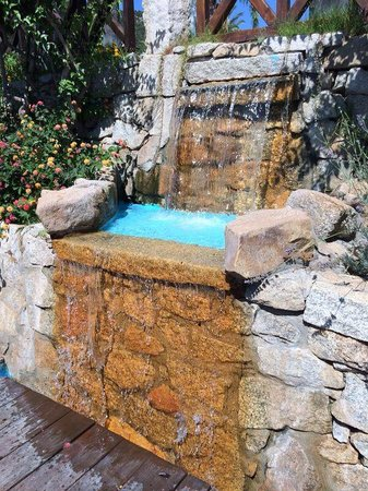 Cruccuris Resort: Piccola cascata decorativa