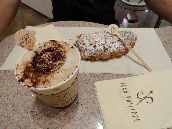 Jean Philippe Patisserie - Bellagio: Our yummy almond croissant and cappuccino