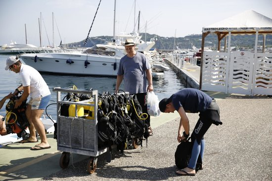 Diving Agency: Погрузка снаряжения...