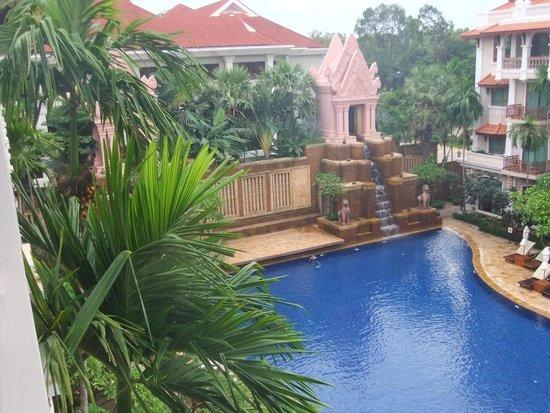 Sokha Angkor Resort : 部屋からの見えるプール