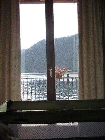 Hotel & Residence - La Sibilla Cusiana : il balcone visto dall'interno della camera