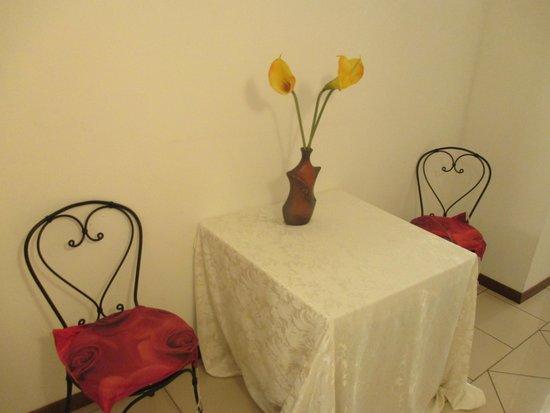 Hotel & Residence - La Sibilla Cusiana : tavolino in corridoio