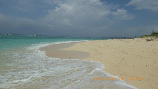 Sesoko Beach: 廃墟前のビーチ