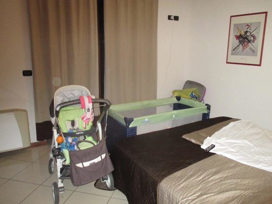Hotel & Residence - La Sibilla Cusiana : la camera con l'aggiunta del lettino per neonati