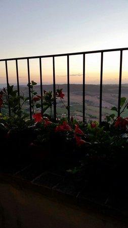 Osteria del Borgo: Vista romantica dalla terrazza del l'osteria sulla val d'orcia