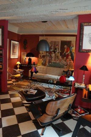 La Maison du Frene : La salle des petits déjeuner a été aménagée avec goût : canapé KNOLL et sculpture Nikki de St Ph