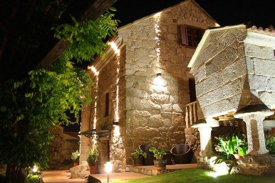 Casa Noelmar: Der beleuchtete Garten am Abend