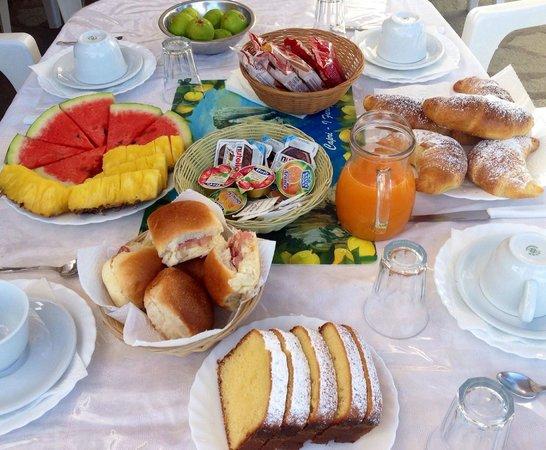 Villa Damecuta: colazione onnicomprensiva....di tutto di più...