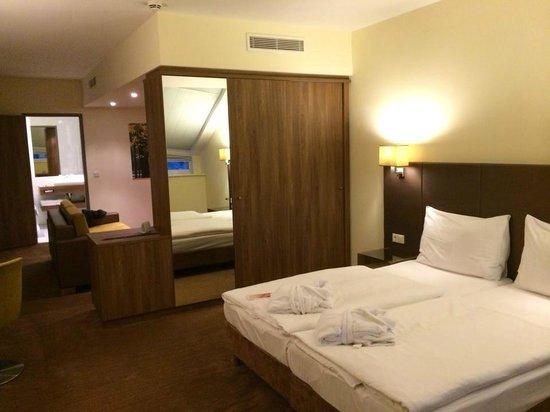 Austria Trend Hotel Doppio Wien: Suite - Schlafbereich