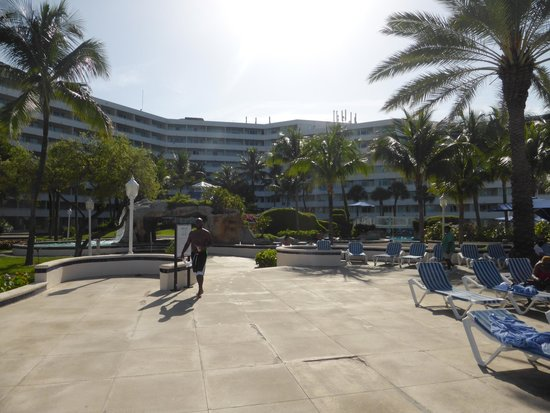 Melia Nassau Beach - All Inclusive: Attractive facility, grounds, and design. Just needs maintenance and repair!