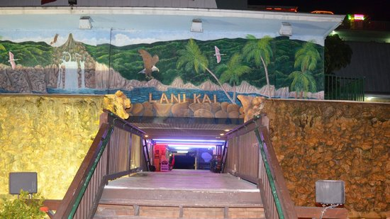 Lani Kai Island Resort: Parking lot stairway.