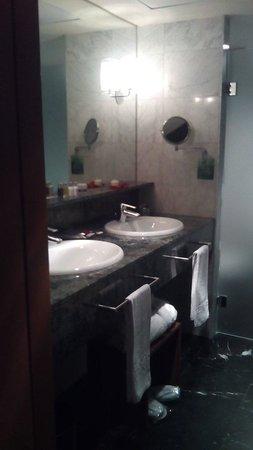 Gran Hotel Torre Catalunya : El baño de la suite