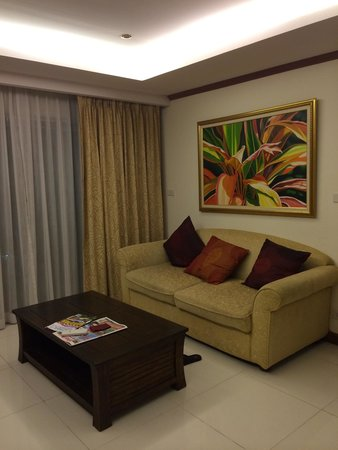 Tara Court Hotel : Comfortable sofa in every room