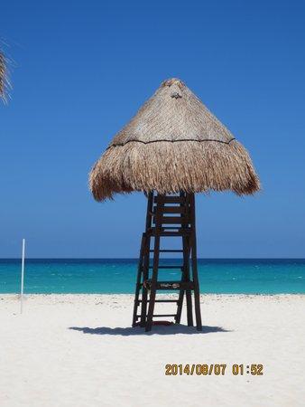 Valentin Imperial Maya: A peaceful beach scene