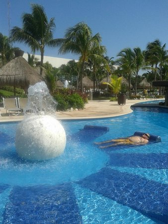 The Grand Mayan at Vidanta Riviera Maya: tomando el sol, en la alberca