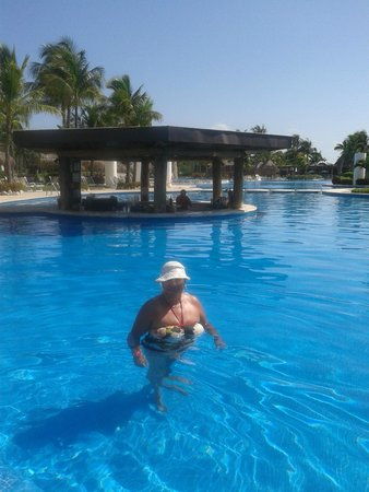The Grand Mayan Riviera Maya: esparando abran el pool bar
