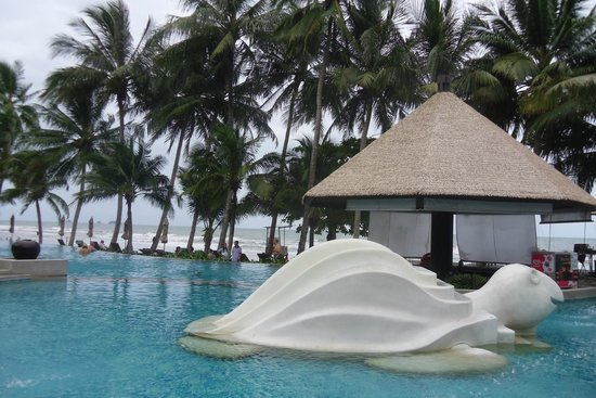 KC Grande Resort & Spa : Swimming pool by the beach @beach side