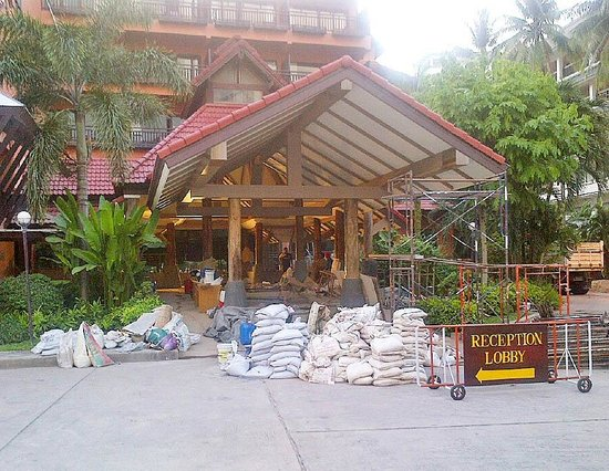 Patong Merlin Hotel : Blocked Off Entrance and Lobby