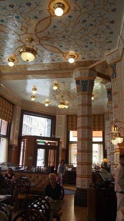 Cafe Imperial: vue plafond et colonnes entrée
