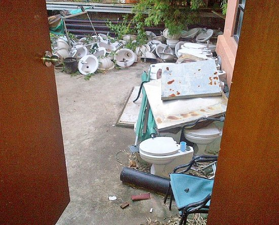 Patong Merlin Hotel: Toilet Graveyard View at End of Hallway