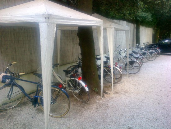 Hotel Central Park: Angolo delle biciclette