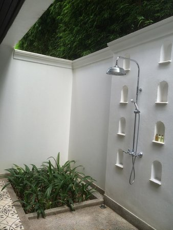 137 Pillars House: outside shower!