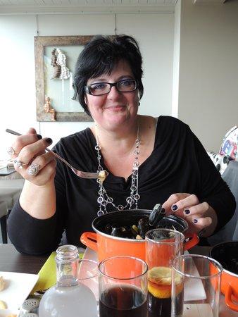 Mon amie Christine avec son plat de moules avec champignons