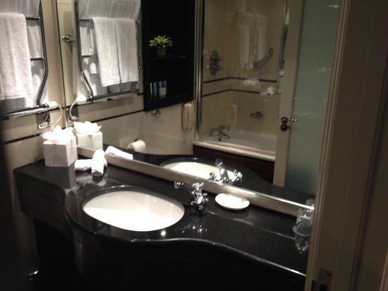The Westbury : Salle de bain (robinet trop près de la cuvette, éclabousse)