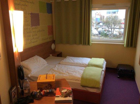 B&B Hotel Stuttgart-Vaihingen: Room and bed